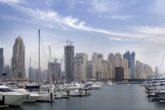 Dubai - Skycrapers sobre el puerto deportivo Foto de archivo libre de regalías
