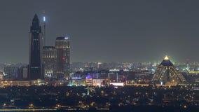 Dubai-Skyline über der Gesundheitswesenstadt und -pyramide belichtet am Nacht-timelapse in Dubai, UAE stock footage