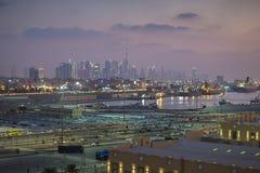 Dubai - a skyline da baixa fotografia de stock royalty free
