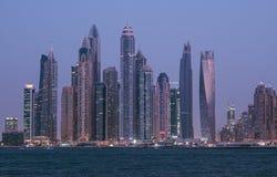 Dubai-Skyline in der blauen Stunde Stockbilder