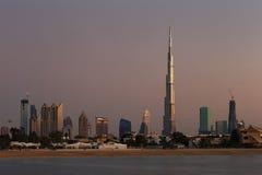 Dubai-Skyline an der Dämmerung, die von Jumeirah Strand schaut Lizenzfreie Stockfotos