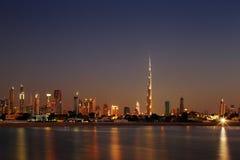 Dubai-Skyline an der Dämmerung, die von Jumeirah Strand schaut Stockbilder