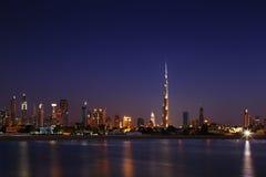 Dubai-Skyline an der Dämmerung, die von Jumeirah Strand schaut Lizenzfreie Stockbilder