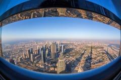 Dubai-Skyline mit futuristischer Architektur durch fisheye, Vereinigte Arabische Emirate Lizenzfreie Stockfotografie