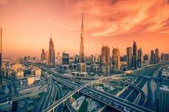 Dubai-Skyline mit schöner Stadt nah an it& x27; beschäftigtste Landstraße s auf Verkehr Stockbilder