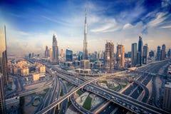 Dubai-Skyline mit schöner Stadt nah an it& x27; beschäftigtste Landstraße s auf Verkehr