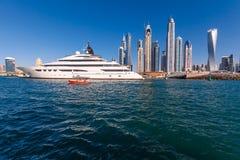 Dubai-Skyline mit Schiff Stockfoto