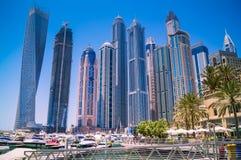 Dubai-Skyline mit Wolkenkratzern am Jachthafen stockfotos