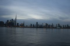 Dubai-Skyline unter bew?lkter Himmel-, Dubai-im Stadtzentrum gelegenen Wohn- und Gesch?fts-Wolkenkratzern, eine Ansicht vom Dubai lizenzfreie stockfotos