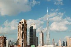 Dubai-Skyline von den Nebenflüssen stockfotografie
