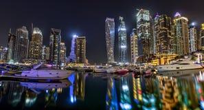Dubai skyskrapapanorama under natttimmar Royaltyfria Foton