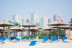 Dubai skyskrapor, gömma i handflatan, paraplyet fotografering för bildbyråer