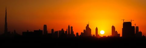 Dubai skyskrapor under solnedgång fotografering för bildbyråer