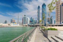 Dubai - skyskraporna över och promenaden av den nya kanalen och Burj Khalifa i bakgrunden Royaltyfri Fotografi