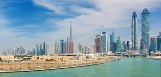 Dubai - skyskraporna över och promenaden av den nya kanalen och Burj Khalifa i bakgrunden Royaltyfria Bilder