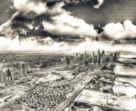 Dubai som är i stadens centrum från luften Hav, hem och skyskrapor på solen Arkivbilder