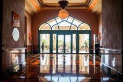 Dubai Sommar 2016 Ljus orange färg i inre med marmorgolvet av hotellet Atlantis gömma i handflatan Royaltyfria Foton