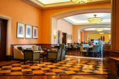 Dubai Sommar 2016 Ljus orange färg i inre med marmorgolvet av hotellet Atlantis gömma i handflatan Royaltyfri Foto