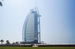 dubai Sommer 2016 Ein Symbol des Wohlstandes und Luxus, das Gebäude des Burj-Al Arabers Oase Jumeirah, auf der Küste des Arabi Lizenzfreie Stockfotos