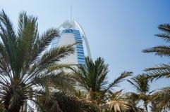 dubai Sommer 2016 Ein Symbol des Wohlstandes und Luxus, das Gebäude des Burj-Al Arabers Oase Jumeirah, auf der Küste des Arabi Lizenzfreie Stockbilder