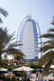 dubai Sommer 2016 Ein Symbol des Wohlstandes und Luxus, das Gebäude des Burj-Al Arabers Oase Jumeirah, auf der Küste des Arabi Lizenzfreie Stockfotografie