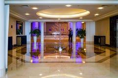 dubai Sommer 2016 Heller und moderner Innenraum das Adschman-Palast-Hotel Stockbilder