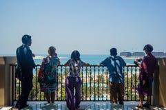 dubai Sommer 2016 Leute betrachten die Ausdehnung des Golfs vom Balkon des Hotels Jumeirah mit vier Jahreszeiten Stockfoto