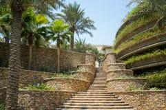 dubai Sommer 2016 Treppenhaus mit einer Kaskade von Anlagen im Hotel Jumeirah mit vier Jahreszeiten Lizenzfreies Stockfoto