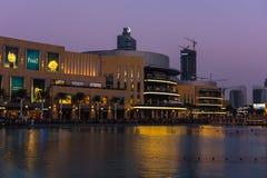 Dubai springbrunnar visar stället på den Dubai gallerian Royaltyfria Foton