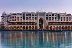 Dubai springbrunnar visar stället på den Dubai gallerian Royaltyfria Bilder