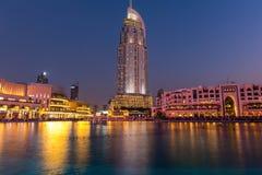 Dubai springbrunnar visar stället på den Dubai gallerian Royaltyfri Bild