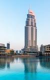 Dubai springbrunnar visar stället på den Dubai gallerian Arkivbild