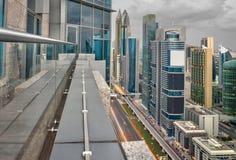 Dubai står högt bästa sikt från kanten av en balkong Arkivbild
