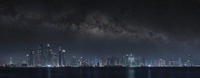 Dubai stad under mjölkaktig väg royaltyfria bilder