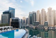 Dubai stadssjösida med pölen för hotelloändlighetskant Royaltyfri Foto