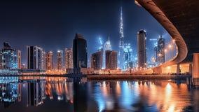 Dubai-Stadt bis zum Nacht stockbilder