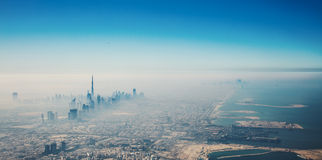 Dubai-Stadt in der Sonnenaufgangvogelperspektive stockbild