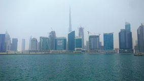 Dubai-Stadt Skyline und burj khalifa von der Dubai-Geschäftsbucht stock video footage