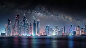 Dubai-Stadt unter der Milchstraße lizenzfreie stockfotografie