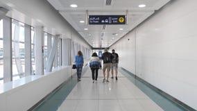 Dubai-Stadtkommunikationen - Leute am Zebrastreifen stock video footage