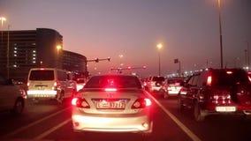 Dubai-Stadtverkehr an der Nachtkreuzung. Vereinigte Arabische Emirate stock footage