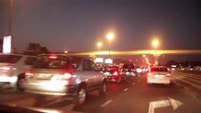 Dubai-Stadtverkehr am Nachtstau. Vereinigte Arabische Emirate stock video