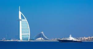 Dubai-Stadtzentrum und Luxushotels auf Jumeirah setzen, Dubai, Vereinigte Arabische Emirate auf den Strand Lizenzfreie Stockfotos