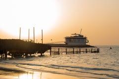 Dubai strand på solnedgången arkivbilder