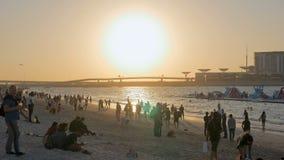 DUBAI, U A e - EM JANEIRO DE 2018: o pôr do sol na praia de JBR, pessoa está apreciando vistas video estoque
