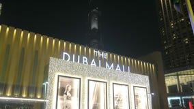 DUBAI, U A e - EM JANEIRO DE 2018: vista panorâmica do tráfego da torre e de carro de Burj Khalifa perto da entrada da alameda mo vídeos de arquivo