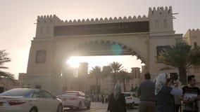 DUBAI, U A e - JANUAR 2018: Touristen sind, machend gehend und Fotos nahe souk Madinat Jumeirah stock video footage