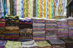 Dubai UAE är färgrika tyger visat till salu på den Al Naif souqen i Deira. arkivbild