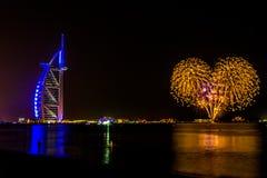 Dubai/UAE- 2017年11月17日:在Burj Al阿拉伯人的庆祝在晚上 免版税图库摄影