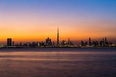 Dubai/UAE- 2017年11月17日:迪拜在日落以后的市地平线 库存图片